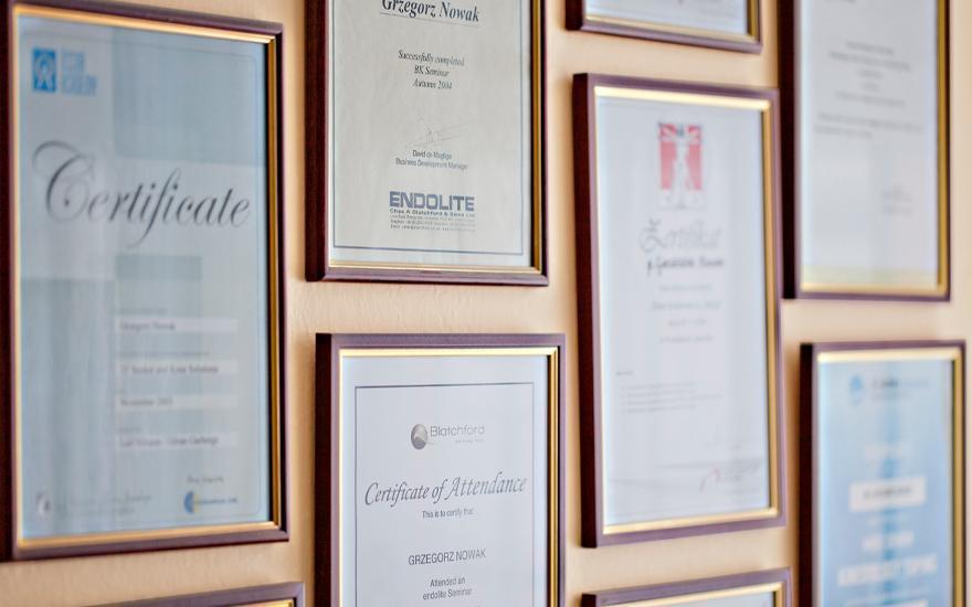 Certyfikaty naścianie